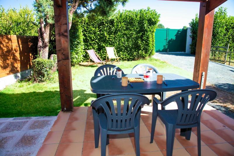Vue de la terrasse du gite avec salon de jardin