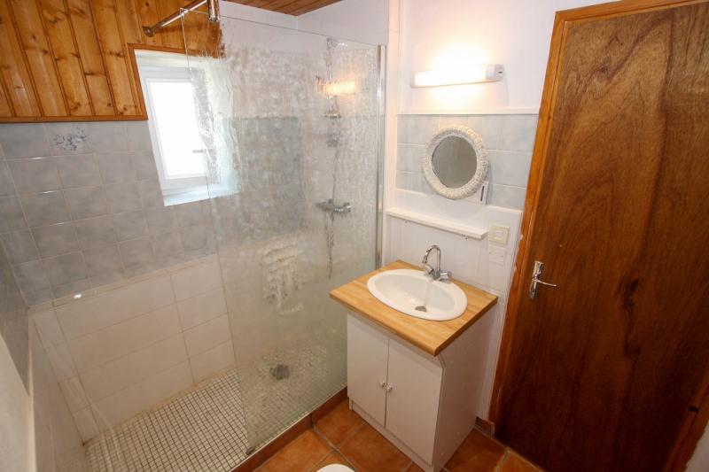 salle d'eau avec douche à l'italienne et vasque
